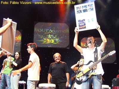 Kiko exibe o seu DVD de platina, sob o olhar de Max Pierre (ao centro) - Foto: Fábio Vizzoni - Site Música & Letra