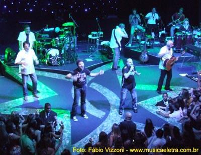 Os seis integrantes, ocupando cada ponta da estrela, marca do Roupa Nova